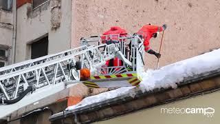 Reinosa, los Bomberos retirando nieve de los tejados